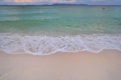 Plage et mer pendant un jour ensoleillé photo libre de droits