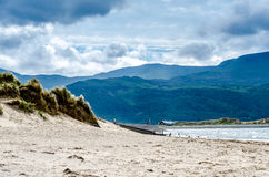 Plage et montagnes au Pays de Galles du nord Images libres de droits