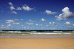 Plage et nuages du nord de rivage de Noosa Photos stock