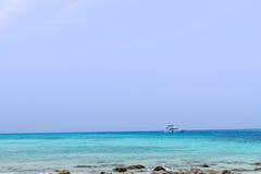 Plage et pierre avec la mer bleue de vague au rok de KOH, krabi, thailan Photos stock