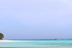 Plage et pierre avec la mer bleue de vague au rok de KOH, krabi, thailan Photos libres de droits
