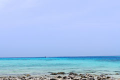 Plage et pierre avec la mer bleue de vague au rok de KOH, krabi, thailan Photographie stock libre de droits
