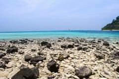 Plage et pierre avec la mer bleue de vague au rok de KOH, krabi, thailan Photo stock