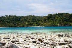 Plage et pierre avec la mer bleue de vague au rok de KOH, krabi, thailan Images libres de droits
