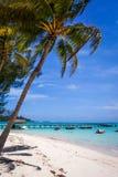 Plage et pilier blancs de sable sur la lagune en île de Moorea Photos stock