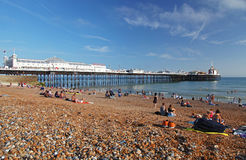 Plage et pilier de Brighton en été photo stock