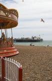 Plage et pilier de Brighton. Le Sussex. LE R-U images stock