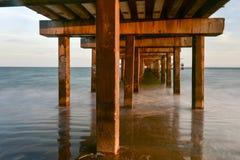 Plage et pilier de Coney Island image libre de droits