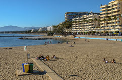 Plage et port de Marbella en janvier 2015 Image stock