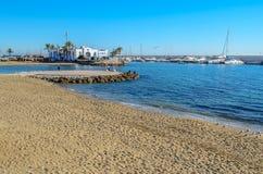Plage et port de Marbella en janvier 2015 Image libre de droits
