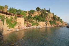 Plage et restaurant de Mermerli avec les murs de ville dans Antalyas Oldtown Kaleici, Turquie Images libres de droits