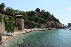 Plage et restaurant de Mermerli avec les murs de ville dans Antalyas Oldtown Kaleici, Turquie Photos libres de droits