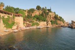 Plage et restaurant de Mermerli avec les murs de ville dans Antalyas Oldtown Kaleici, Turquie Photo libre de droits