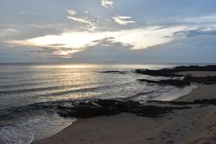 Plage et roches photo stock
