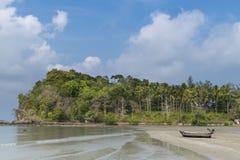 Plage et seul bateau chez Krabi, Thaïlande Photos stock
