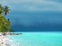 Plage et tempête tropicales. Photo stock