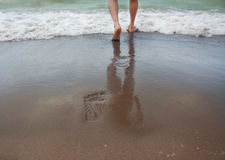 Plage et traces de mer d'été sur le sable Photo stock