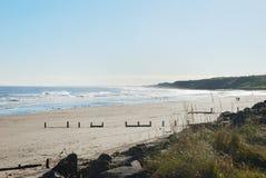 Plage et vague déferlante de Spittal en soleil d'automne Image stock