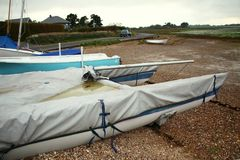 Plage et vieux bateau Photos libres de droits