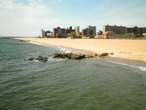 Plage et ville de Brooklyn Photos stock