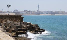 Plage et ville de Cadix Images libres de droits
