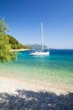 Plage et yacht de paradis sur la péninsule de Peljesac en Dalmatie, Croatie Images stock