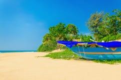 Plage exotique avec le bateau coloré, palmiers grands image libre de droits
