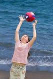Plage heureuse de jeu d'enfant Images libres de droits
