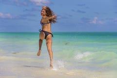 Plage hispanique de Running On The de modèle de brune photo stock