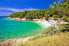 Plage idyllique de turquoise dans la vue d'été de Pula Images libres de droits