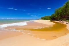 Plage idyllique à la mer d'Andaman sur l'île de Koh Kho Khao Images stock