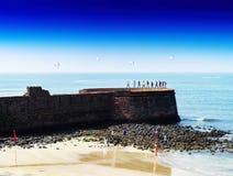 Plage indienne vive horizontale de mur de château avec le backgr de parachutes Image libre de droits