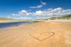 Plage irlandaise avec le signe de coeur d'amour Images libres de droits