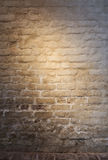 Plage lumineuse de lumière sur le vieux mur de briques plâtré Image stock