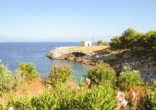 Plage méditerranéenne de côte en Puglia photos stock