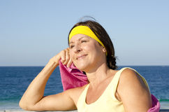 Plage mûre sportive Relaxed de femme Photos stock
