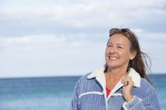 Plage mûre heureuse sûre de femme Photographie stock