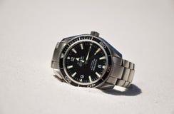 Plage menteuse de l'ARO de montre-bracelet d'océan de planète d'Omega Seamaster sur Fraser Island, Australie Photos stock
