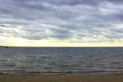 Plage, mer et ciel obscurci photographie stock