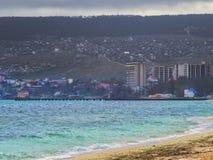 Plage, mer et vue de la ville Photo stock
