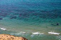 Plage, mer, vagues, rebord de montagne, vue supérieure photo libre de droits