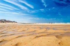 Plage merveilleuse avec le soulagement de sable en plage de ressac, Lacanau, France photo stock