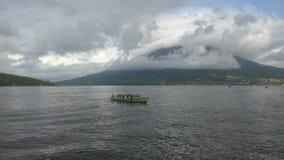 Plage, montagne et bateau de pêche photos stock