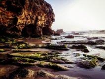 Plage Newcastle, Australie de caverne photo libre de droits