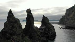 Plage noire de Reynisfjara de sable en Islande clips vidéos