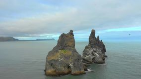 Plage noire de Reynisfjara de sable en Islande banque de vidéos