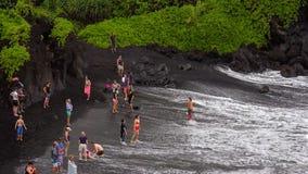 Plage noire de sable au parc d'état de Waianapanapa, Maui Photos libres de droits