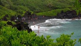 Plage noire de sable au parc d'état de Waianapanapa, Maui Photographie stock
