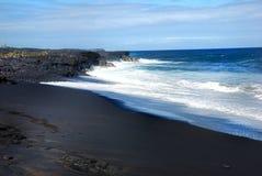 Plage noire de sable d'Hawaï Photographie stock libre de droits