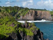 Plage noire de sable dans Maui Hawaï Image stock